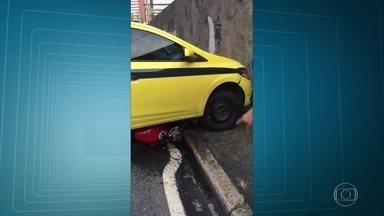 Motociclista é atropelado após atirar em taxista em Todos os Santos - Um motociclistas foi atropelado após atirar em um taxista em Todos os Santos, na Zona Norte. O motorista do táxi foi alvo de oito tiros, mas não foi atingido por nenhum. O motoqueiro, mesmo ferido, fugiu depois de atropelado.