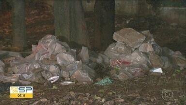 Área verde à beira da Avenida Roberto Marinho vira ponto de descarte de lixo - Descartar lixo e entulho na rua é crime ambiental