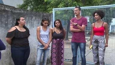 Professores de cursinho da prefeitura de Nova Iguaçu estão com salários atrasados - Bolsista que dão aula em um pré-vestibular comunitário da prefeitura de Nova Iguaçu estão há cinco meses sem receber. Eles são estudantes da Uerj e dizem que o município deixou de pagar a bolsa por causa da greve na universidade.