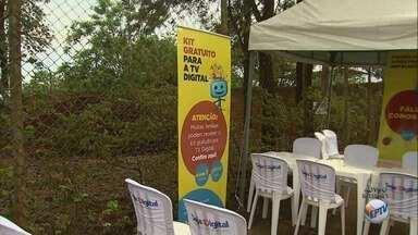 Equipes auxiliam na instalação do kit de TV digital no Jardim Aeroporto em Ribeirão Preto - Caravana solidária acontece no cruzamento das avenidas Recife e Thomaz Alberto Whatelly.