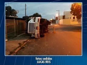 Carreta carregada com bagaço de cana-de-açúcar tomba e atinge casa em Salmourão - Não houve feridos.