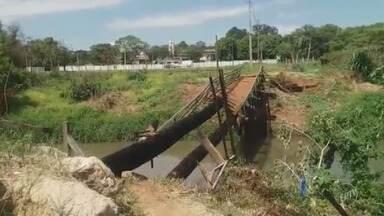 Moradores reclamam de ponte destruída no Jardim Lucélia, em Sumaré - O local está isolado após ficar sem condições de uso e passar por um incêndio. A Prefeitura não informou quando terminará a manutenção.