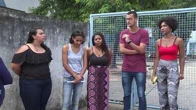 Bolsistas da prefeitura de Nova Iguaçu estão há 5 meses sem receber - Na Baixada, bolsistas que dão aula em curso de pré-vestibular da prefeitura estão há cinco meses sem receber. Eles são estudantes da UERJ e dizem que o município deixou de pagar a bolsa por causa da greve na universidade.
