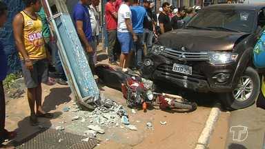 Motorista morre após passar mal e bater carro em duas motos em avenida de Santarém - Acidente foi registrado na manhã desta terça-feira (21) na avenida Sérgio Henn, perto do Parque da Cidade.
