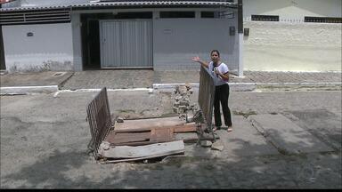 Buraco no meio da rua compromete mobilidade dos moradores de Cabedelo - A equipe do Calendário JPB esteve no local.