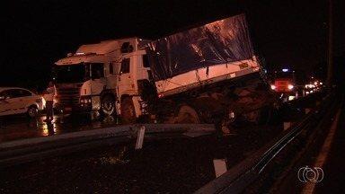 Acidente envolvendo cinco veículos complica trânsito na BR-153, em Goiânia - Motoristas que passavam nas proximidades do Serra Dourada precisaram de muita paciência.