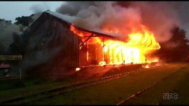Incêndio destroi antiga estação ferroviária de Arapoti - O local era a antiga Casa da Cultura do município.