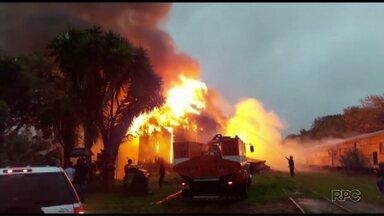 Incêndio destrói Casa da Cultura de Arapoti - O local já estava interditado há 3 anos por causa de cupins.