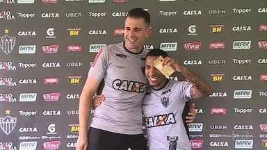 Depois de golaço contra Coritiba, Otero recebe pagamento de aposta com Victor - Goleiro apostou R$100 se Otero fizesse gol do meio de campo