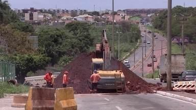 Redação Móvel acompanha reparo de buraco em Taguatinga - Na terça-feira (21), uma avenida foi interditada para obras em Taguatinga, porque um grande buraco surgiu no meio da pista. Hoje, a Redação Móvel acompanha o serviço da Novacap.