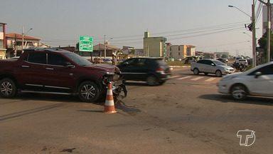 Motorista faz conversão proibida no sinal e atinge táxi no cruzamento da Av. Sérgio Henn - Acidente aconteceu no início da manhã desta quarta-feira (22).