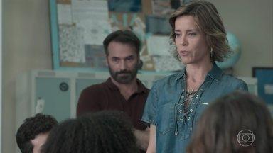 Malu confronta Ellen e Jota sobre os celulares - MB, Samantha, Felipe e Guto despistam a orientadora, que sai da sala bufando de raiva
