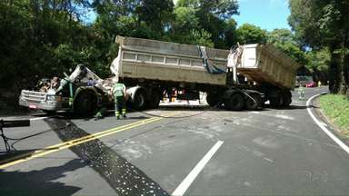 Duas pessoas ficam feridas em grave acidente na BR-277 - Caminhão tombou em Candói.