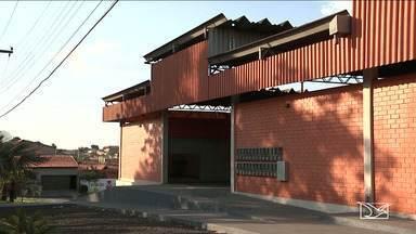 Após reforma, mercado em Caxias continua fechado - Segundo moradores da cidade, o prédio já está virando alvo dos vândalos.