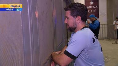 Pai dá ingresso ao filho e assiste jogo da Libertadores do lado de fora da Arena - Público da Arena ultrapassou marca de 55 mil pessoas.