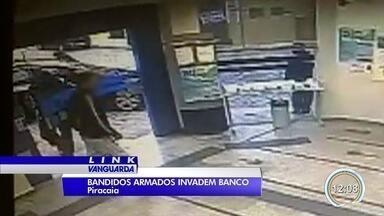 Agência bancária é roubada em Piracaia - Bandidos trocaram tiros com a polícia e acabaram presos.