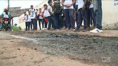 Esgoto estourado em porta de escola incomoda comunidade em São Luís - Para evitar que os filhos se sujem na entrada ou na saída das aulas muitos pais são obrigados a parar os carros em cima da calçada.