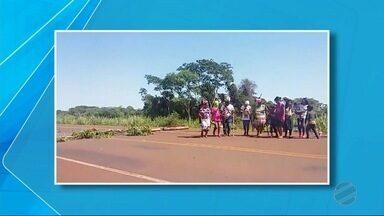 Contra reintegração de posse de área ocupada, indígenas fecham estrada em MS - Desde às 7h foram foi bloqueada a perimetral norte, entre a rotatória da MS-156 e o Hospital das Missões Indígenas, em Dourados.