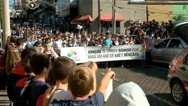 Tradicional caminhada de Ação de Graças reúne mais de 100 mil pessoas em Lajeado - Caminhada começou no Parque dos Dick e terminou na Igreja com uma celebração religiosa.