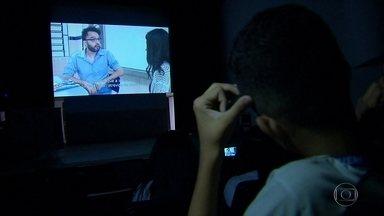 Estudantes do Ibura conferem na tela grande filme feitos por eles mesmos - Eles foram ao Teatro do Brum e colegas que não participaram puderam também conferir a produção.
