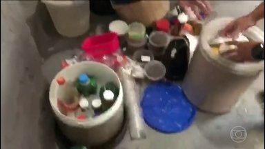 MP investiga como alimentos proibidos chegaram à cela de Sérgio Cabral - Os alimentos estavam ensacados e dentro de baldes com gelo. Uma das embalagens tinha o nome de Sérgio Cabral.