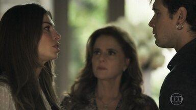 Gael interpela Sophia e Lívia sobre Clara - Lívia inventa suposto envolvimento de Clara com milionário americano