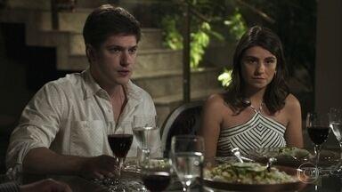 Nádia prepara jantar para oficializar 'namoro' de Bruno - Família força a barra para que rapaz namore Tônia