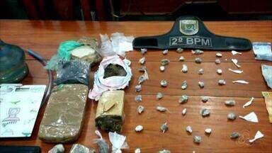 Sete são detidos com drogas em casa na Zona Norte de Macapá - Entre os infratores havia quatro menores. Apreensão foi no domingo (26) no bairro Brasil Novo. Polícia encontrou mais de 40 porções de maconha, além de crack, cocaína e material para pesar e embalar.