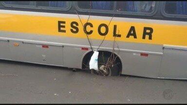 Ônibus escolar fica preso em buraco no asfalto em Ribeirão Preto - Cerca de 18 estudantes estavam no coletivo, mas ninguém se feriu.