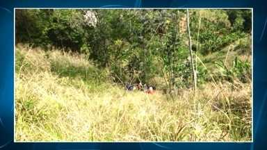 Duas pessoas ficam feridas em acidente na BR-381, em Ravena - Carro saiu da pista e caiu num barranco.