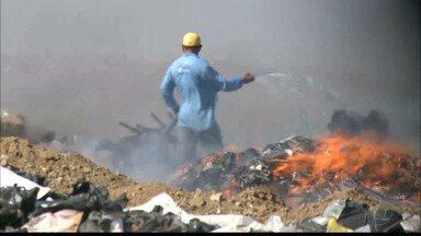 Incêndio no lixão de Patos é controlado após 18 horas - Fogo começou no domingo e catadores dizem que não há controle de quem entra ou sai do local. Prefeitura diz que acredita que incêndio foi criminoso.