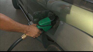 Assustados com o alto valor do litro do gasolina, motoristas estão usando mais álcool - Nos postos, já é possível perceber o aumento na procura pelo álcool.
