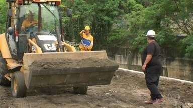 Moradores do Anil comemoram fechamento de cratera - Esta é a sexta visita do RJ Móvel no Anil. As obras estão em andamento para asfaltamento.