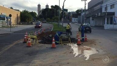 Avenida São Paulo em Sorocaba tem faixa interditada para obra emergencial - Uma das faixas da Avenida São Paulo, no cruzamento com a Rua Padre Madureira, foi interditada devido a uma obra emergencial do Serviço Autônomo de Água e Esgoto (Saae), em Sorocaba (SP), na madrugada desta terça-feira (28).