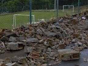 Temporal provoca desabamento de muro de escola estadual - Aulas na unidade de ensino não foram afetadas, em Presidente Prudente.