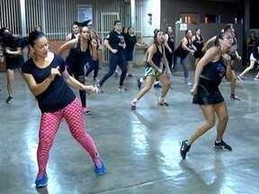 Moradores de Pirapozinho se unem para praticar zumba - Dança ajuda a fortalecer a amizade, que não fica restrita só às aulas.