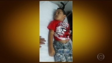 Menino de 5 anos morre depois de peregrinar sem conseguir exame no Rio - Diogo Vinício, de apenas 5 anos morreu depois de passar duas semanas, entrando e saindo de hospitais. Ele precisava de um raio-X para identificar que ele tinha uma pneumonia grave. Os pais do menino deram queixa na polícia.