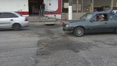 Moradores reclamam de buracos nas ruas de São Vicente - Vários moradores da cidade encaminharam fotos e vídeos para a redação da TV Tribuna sobre esse antigo problema.