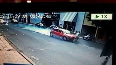Vídeo mostra idoso sendo atropelado e morto em Rio Verde - Câmeras mostram que o aposentado tentou correr e o carro freou, mas acabou sendo atingido pelo veículo; Polícia Civil acredita que condutor estava em alta velocidade.