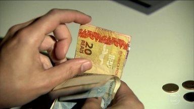 Pagamento do décimo terceiro salário colocara R$ 200 bilhões em circulação - O prazo pra que as empresas paguem a primeira parcela termina nesta quinta (30). São 83 milhões de brasileiros que vão receber, em média, R$ 2200,00. A segunda parcela pode ser paga até o dia vinte de dezembro.
