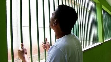 Por ter mesmo nome de procurado, homem acaba preso no interior do CE - Parado pela polícia, artesão foi confundido com outro homem, também chamado Júnior Gomes dos Santos, que responde a processo por homicídio.