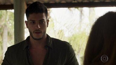 Diego é surpreendido com cobrança de Sophia - A ricaça quer logo uma posição sobre o veio de esmeraldas