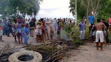 Moradores de Três Vendas, em Campos, protestam na BR-356 por falta de transporte público - Não há funcionamento há duas semanas.