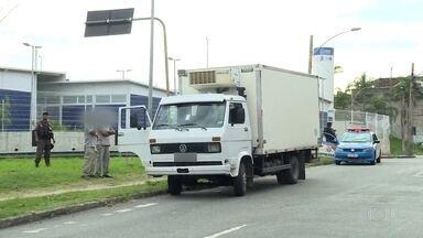 Bandidos sequestram caminhão com motorista e ajudante na Avenida Dom Hélder Câmara - O sequestro aconteceu em frente a uma garagem de um supermercado. Dois homens em um carro abordaram o motorista e obrigaram o ajudante dele a passar para o carro dos criminosos.