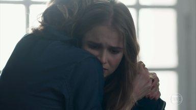 Malu pede desculpas a Clara - Clara desabafa e Malu sofre com as verdades ditas pela filha