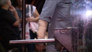 Cobradora de ônibus é atacada por cão dentro de estação-tubo, em Curitiba - Ela levou mordidas nos dois braços e foi levada para o hospital com ferimentos moderados.