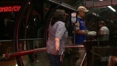 Cobradora é atacada por cão dentro de estação tubo em Curitiba - Ela foi espantar o cachorro e foi mordida nos braços.
