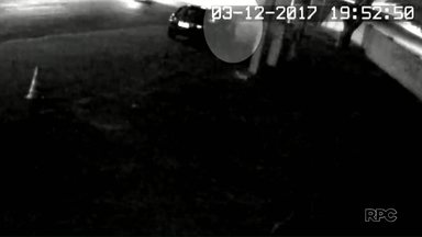 Polícia divulga imagens de posto de gasolina onde jovem assassinada pegou carona - Ela foi encontrada morta essa semana. O caso aconteceu em Paranavaí.