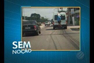 """O quadro """"Sem noção"""" flagra homem pendurado em traseira de van - Flagrante foi feito na avenida Almirante Barroso, em Belém."""