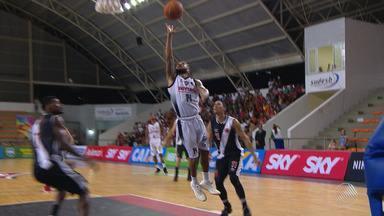 Time de basquete do Vitória vence o Vasco e sobe para 8° posição no NBB - Com a vitória o time rubro negro subiu da 11° para 8° posição no campeonato.